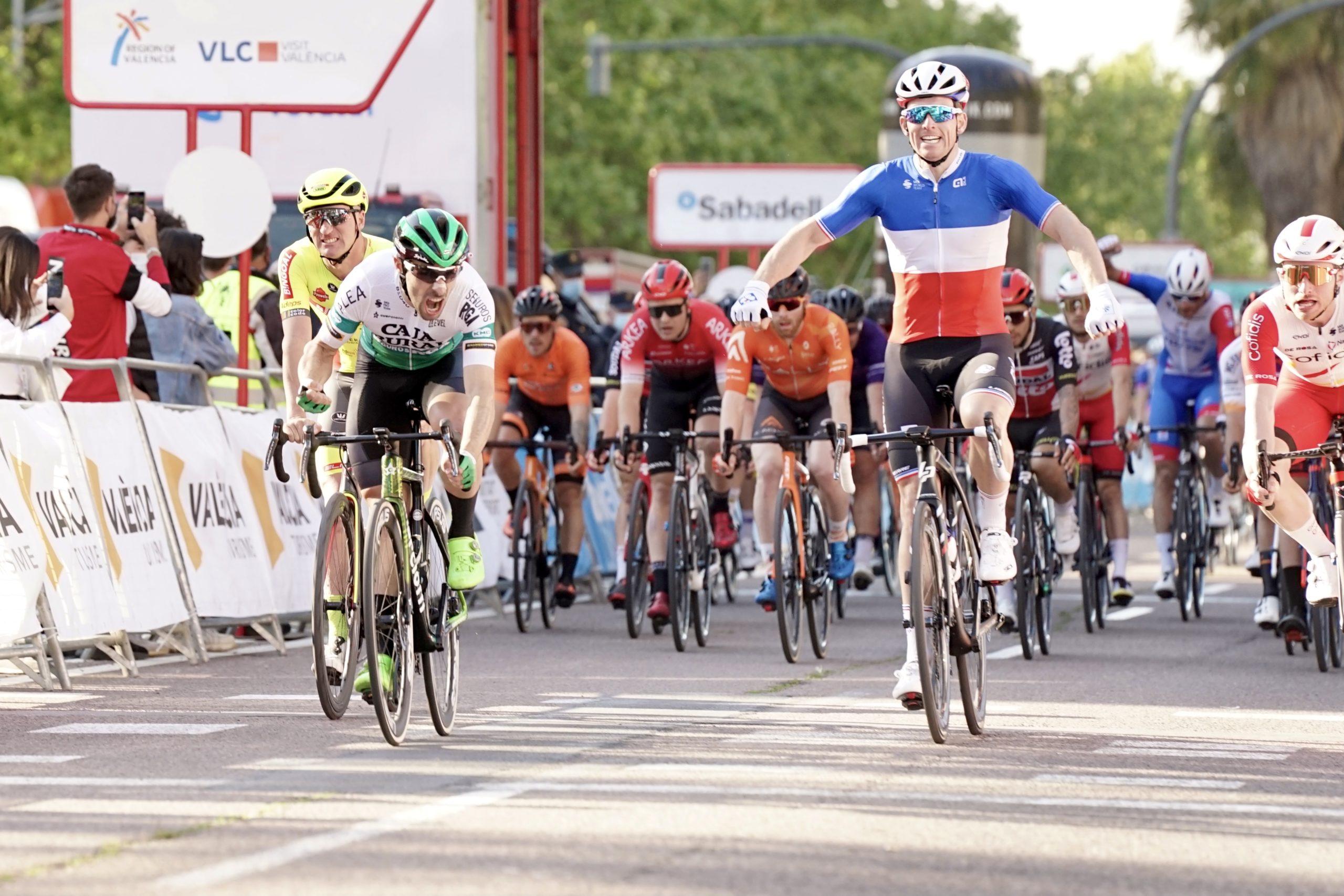Soberbio sprint de Jon Aberasturi en Valencia para soñar con la primera victoria