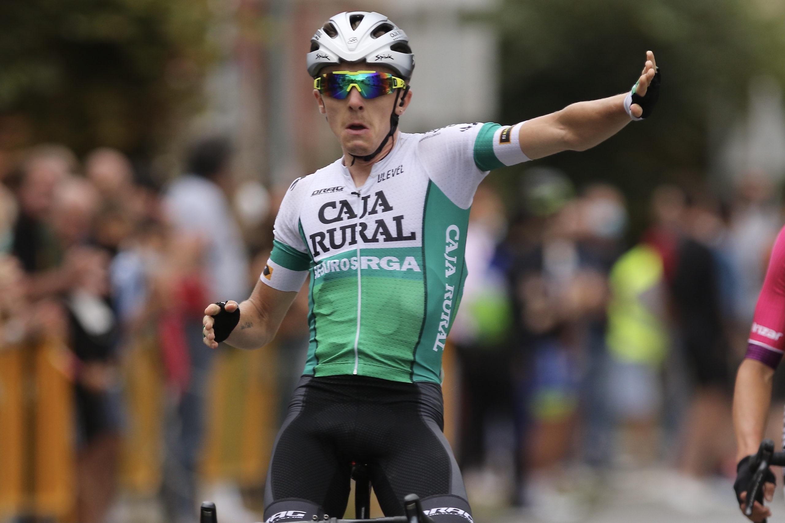 Calum Johnston cierra la Vuelta a Cantabria con una nueva victoria